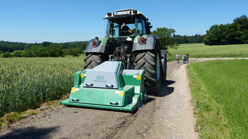 Feldweg bei Wegpflege mit HEN WPF 200/Fendt 930